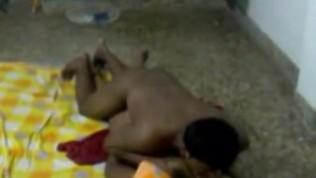 देसी जोड़ी ने फर्श पर सेक्स किया