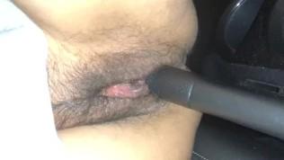 यह भारतीय बेब कार में हस्तमैथुन करता है