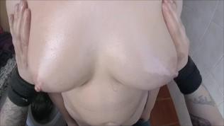 बड़े तेल वाले स्तन को छूना